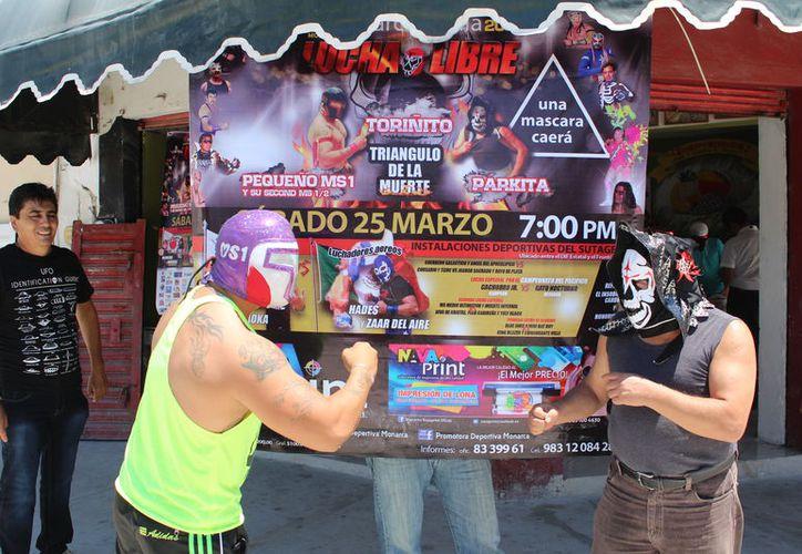 Los luchadores durante la presentación de la función. (Miguel Maldonado/SIPSE)