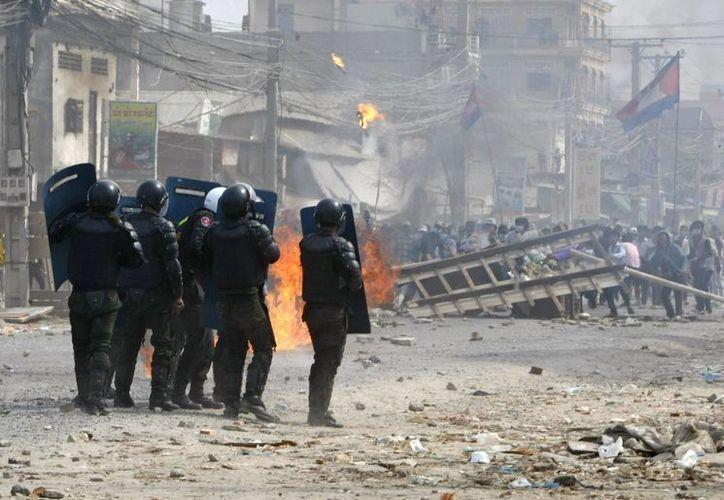 La policía municipal de Phnom Penh dijo que tres manifestantes murieron y otros dos resultaron heridos en un suburbio del sur de la capital. (Agencias)