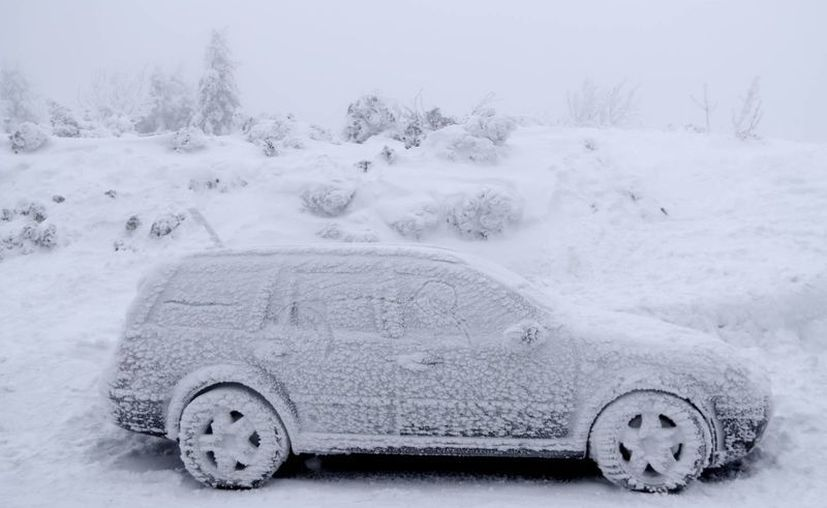 Las bajas temperaturas han perjudicado el transporte terrestre y aéreo en varios países europeos. (AP/Petr David Josek)