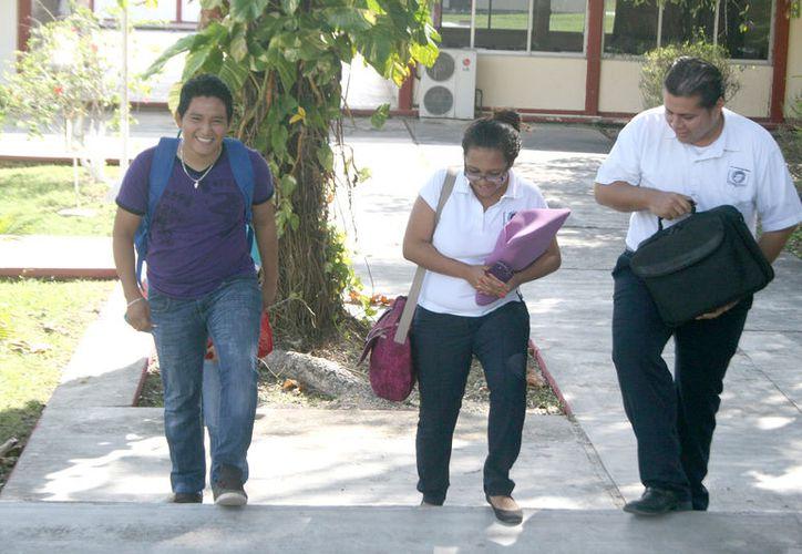 Los jóvenes estudiantes se benefician previo estudio socioeconómico. (Javier Ortiz/SIPSE)