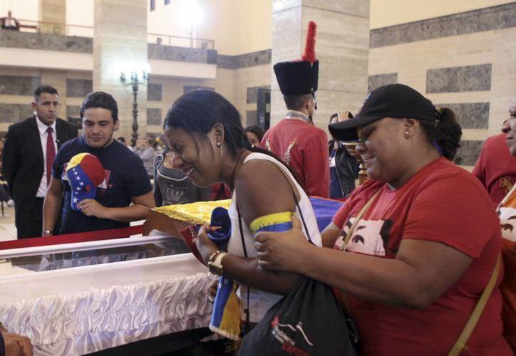Hugo Chávez será velado por 7 días más antes de ser embalsamado y exhibido para siempre en un museo militar. (Agencias)