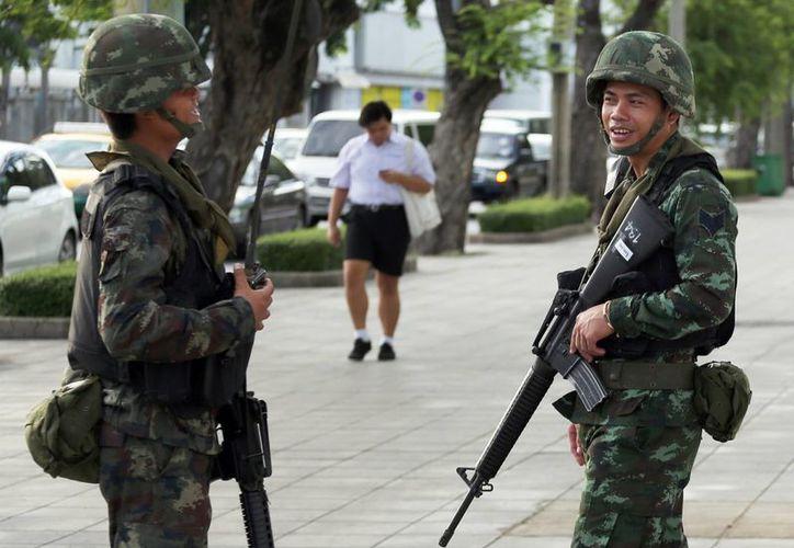 Soldados tailandeses vigilan la esquina de una calle en Bangkok, Tailandia. (Agencias)