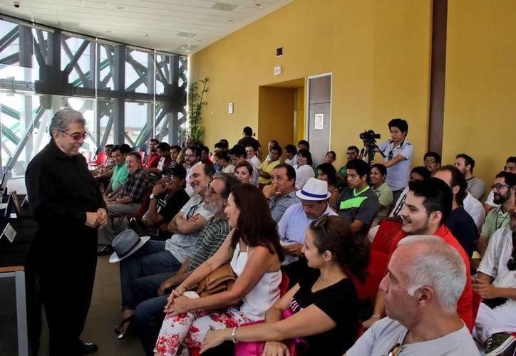 Imagen de la reunión que sostuvo el presidente ejecutivo del FICMaya, Jorge Esma Bazán (izq), con los artistas que participaran en el festival. (Milenio Novedades)