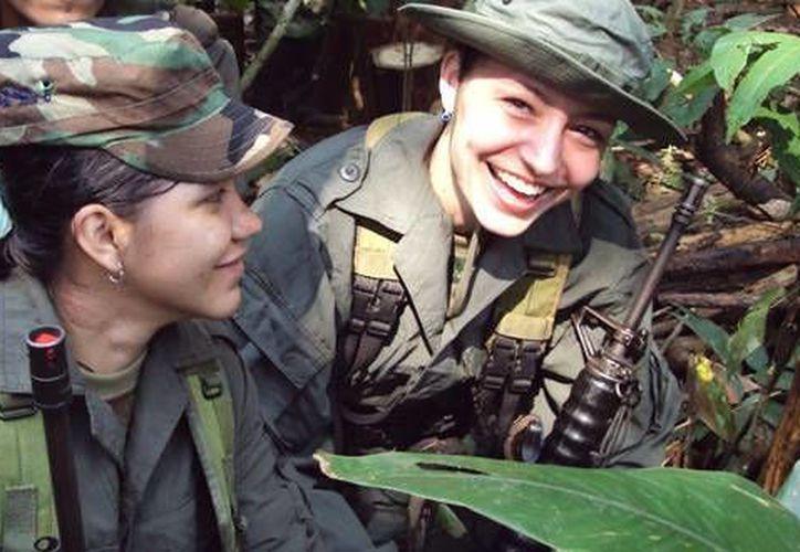La vida de las guerrilleras suele ser muy dura, pese a todo, ahora son casi la mitad de la población de las FARC. (Agencias)