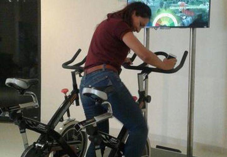 Las bicicletas eléctricas dan un mensaje para adquirir conciencia de hacer ejercicio. (Licety Díaz/SIPSE)