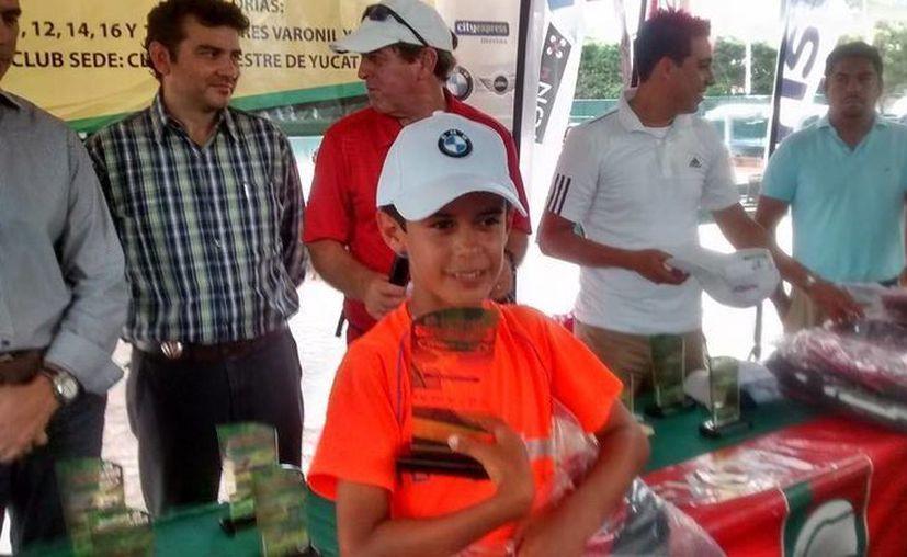 Rodrigo Pacheco fue uno de los pocos yucatecos que pudo levantar un título en el Máster de Campeones en el Club Campestre de Mérida. (Milenio Novedades)