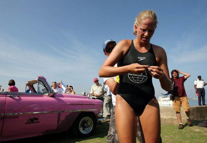 La nadadora australiana de aguas abiertas Chloe McCardel, nadó 20 kilómetros sin ayuda de jaula contra tiburones. (EFE)