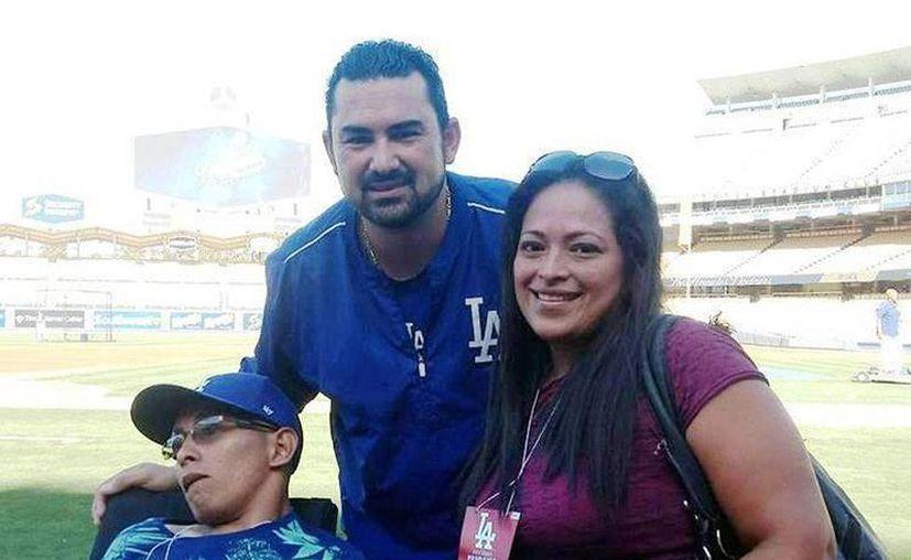 El joven discapacitado yucateco Carlos Rosados Chablé visitó el parque de beisbol de los Dodgers de Los Ángeles, a invitación del toletero Adrián González. (SIPSE)