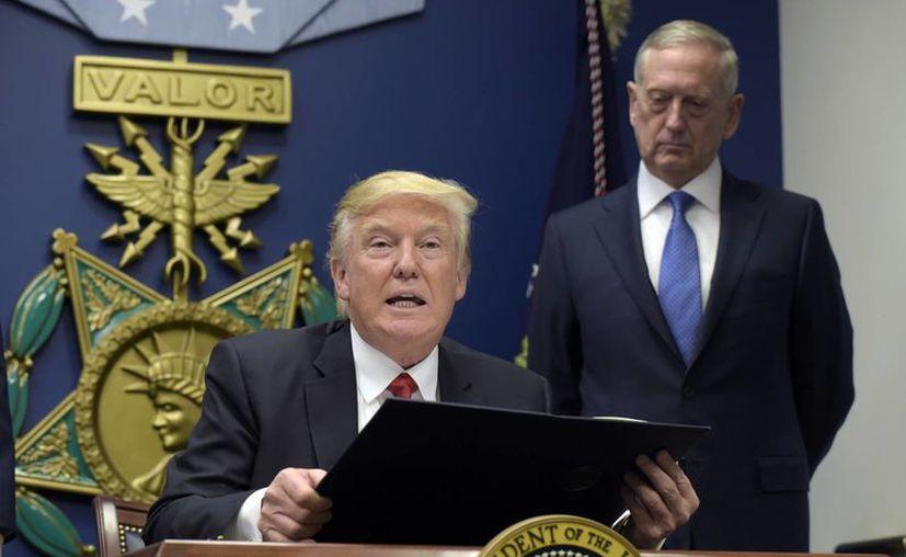 Trump visitó el Pentágono y prometió una gran reconstrucción de las fuerzas armadas del país. (AP/Susan Walsh)