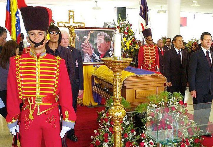 Peña Nieto montó guardia de honor ante el féretro de Chávez. (Agencias)