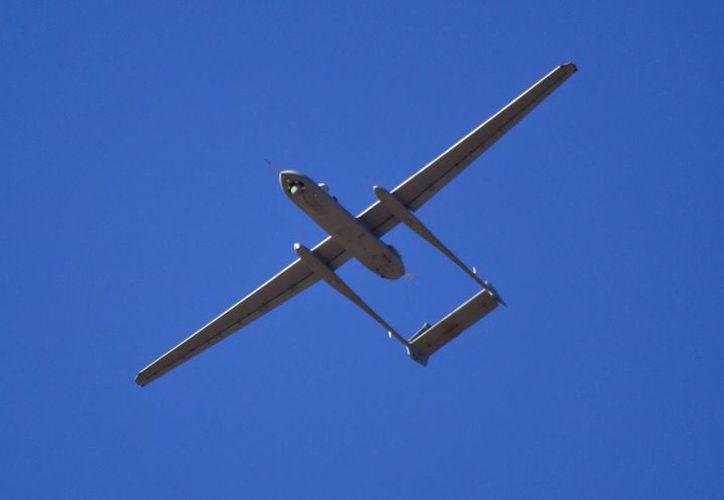 Un avión no tripulado 'Heron' de las fuerzas aéreas israelíes sobrevuela la base aérea de Palmachim, cerca de Yavne, Israel, durante una demostración. (EFE/Archivo)