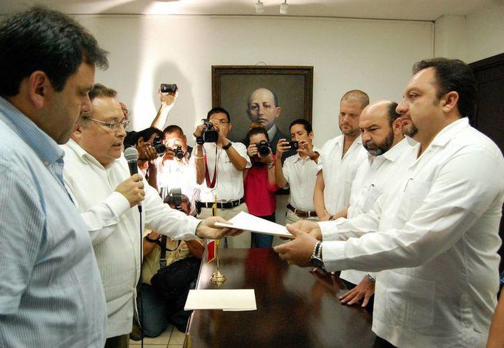 El diputado Francisco Torres Rivas recibió la iniciativa del Ejecutivo estatal. (Wilberth Argüelles/SIPSE)