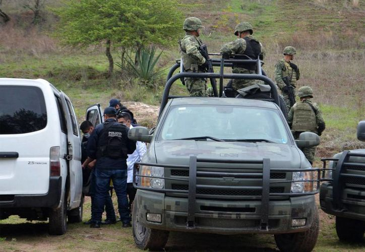El mes de mayo registró un aumento en el numero de muertos relacionados por el crimen organizado. Imagen de peritos forenses en el área donde se hallaron dos cuerpos en una fosa clandestina en el municipio de Chilapa, Guerrero. (EFE)