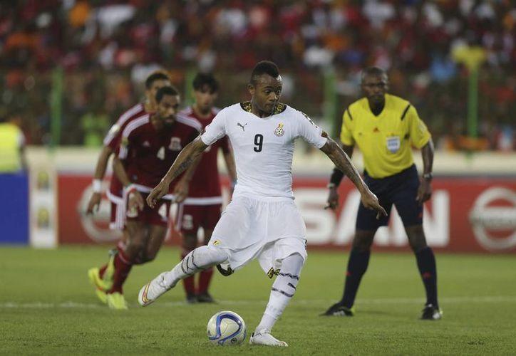 Este es el gol de penal de Jordan Ayew, que abrió el camino para la calificación de Ghana a la final de la Copa Africana, a la que no accedía desde 1982. (Foto: AP)