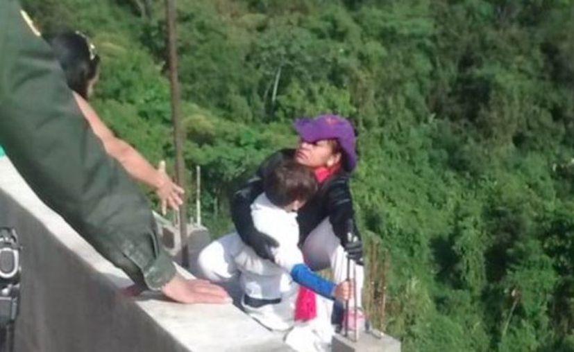 Una mujer saltó de un puente, en Colombia, con su hijo de 10 años en brazos. (Internet)
