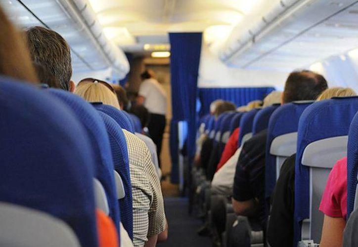 Es falso el mito de que las primeras filas de asientos de los aviones, es decir de clase primera o 'business', son las más seguras en los accidentes aéreos. (Imagen tomada de RT/skitterphoto.com)