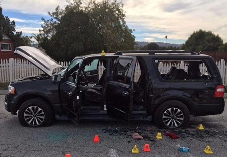 El Estado Islámico aseguró que ellos fueron los autores del ataque en San Bernardino. Imagen del vehiculo que utilizaron los atacantes para huir del lugar donde realizaron el tiroteo. (Agencias)