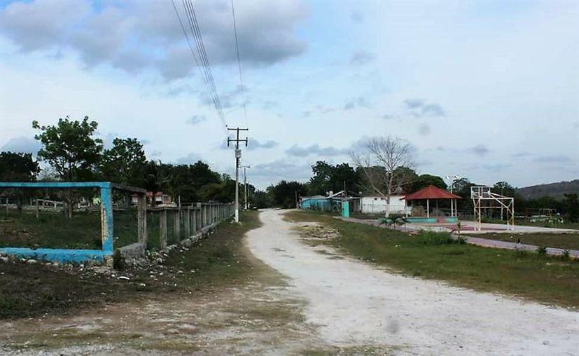 La mayoría de las viviendas de la localidad son a base de madera, por lo que las personas que habitan en ellas peligran en la temporada de ciclones. (Foto: Javier Ortiz  / SIPSE)