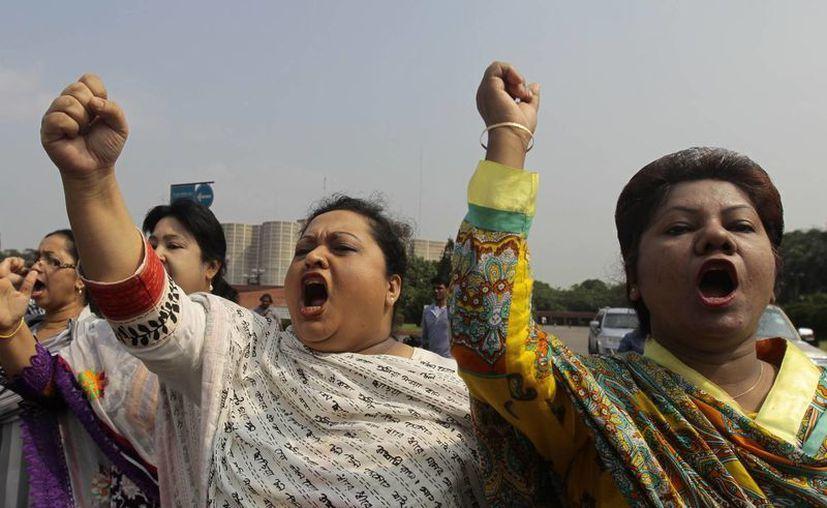 Muchas tiendas y escuelas fueron cerradas en Dacca ante el inicio de la huelga general. (Agencias)