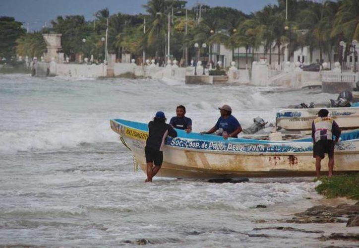 Pescadores originarios de El Cuyo, que salieron a pescar desde el jueves pasado, ya fueron rescatados por personal de la Marina. (Sipse/archivo)