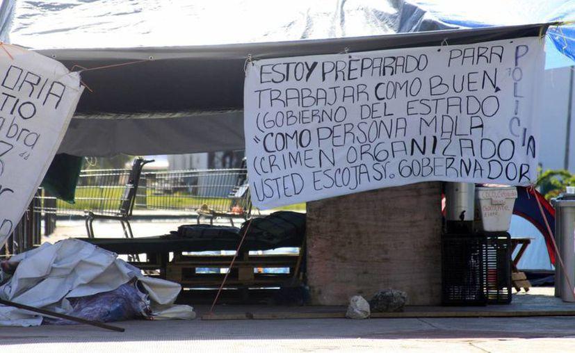 El grupo de manifestantes instaló en plantón permanente frente al Palacio de Gobierno. (Harold Alcocer/SIPSE)