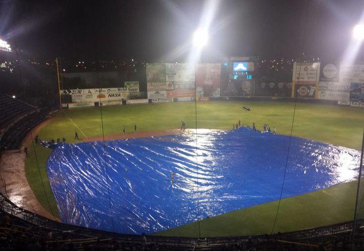 Parecía que Leones se encaminaba a una victoria, pero la lluvia se inmiscuyó y salvó a Acereros. (Milenio Novedades)