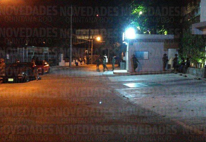 Elementos de la Semar y de la Policía Ministerial realizaron diligencias nocturnas en un edificio del circuito Cazón, en el centro de Cancún. (Juan Carlos Pérez/SIPSE)