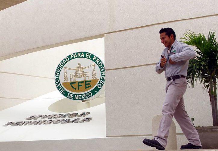 La CFE emitió una alerta a los usuarios en su sitio oficial. Imagen de contexto de la entrada de las oficinas de la paraestatal, en Mérida. (Milenio Novedades)