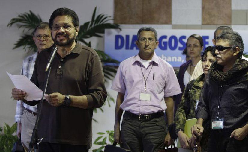 Iván Márquez (i), negociador en jefe de las Fuerzas Armadas Revolucionarias de Colombia dialoga con los periodistas en la continuación de las conversaciones de paz con el gobierno. (Agencias)