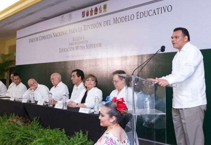 El gobernador (d) inauguró el  Foro de Consulta Nacional para la Revisión del Modelo Educativo, en el hotel Holiday Inn de Mérida. (Cortesía)