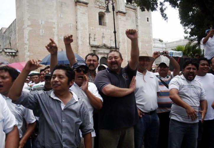 La protesta de maestros frente al Palacio de Gobierno en Yucatán. (Christian Ayala/SIPSE)