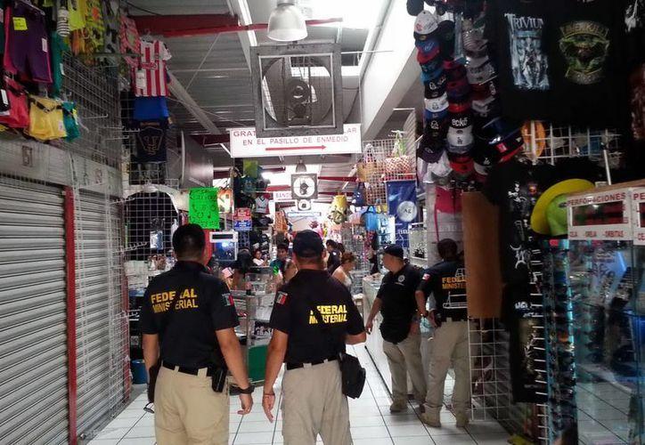 Elementos de la Policía Federal Ministerial realizaron un operativo antipiratería en el Bazar de la 58 del centro de Mérida. (Milenio Novedades)