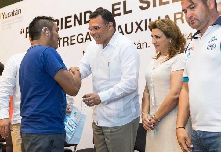 El gobernador Rolando Zapata entregó 585 auxiliares a 564 personas con problemas de sordera, mediante una inversión de 832 mil pesos. (Cortesía)