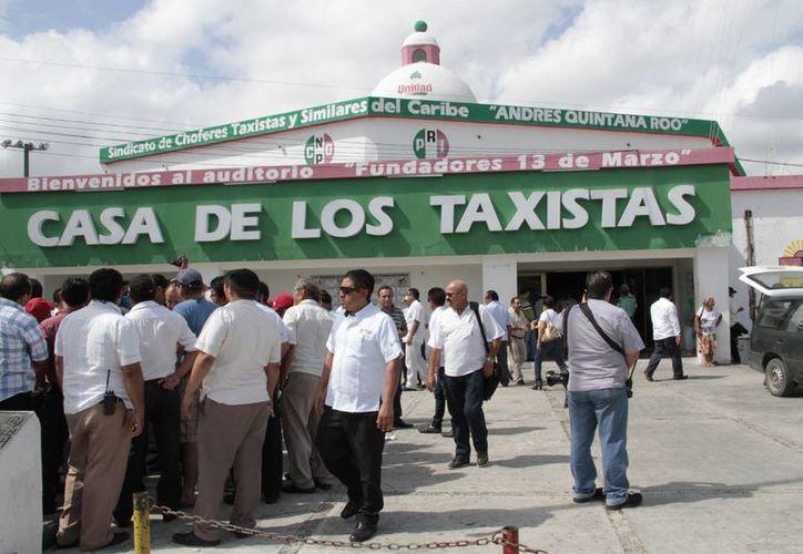 Reuniones a las afueras del sindicato durante los registros. (Tomás Álvarez/SIPSE)