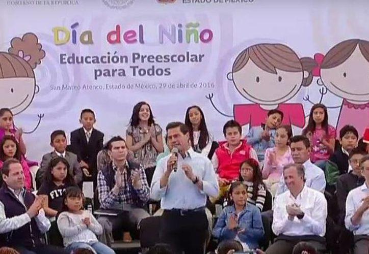 El presidente Enrique Peña Nieto durante el evento del Día del Niño en San Mateo Atenco, Estado de México. (@PresidenciaMX)