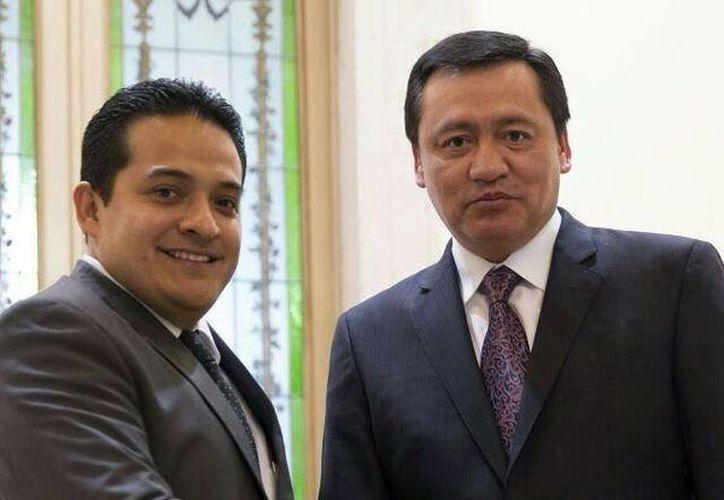 Imagen del titular de la Segob, Miguel Osorio Chong y el delegado de Gobernación y el coordinador de las delegaciones federales, Omar Corzo Olán. (Milenio Novedades)