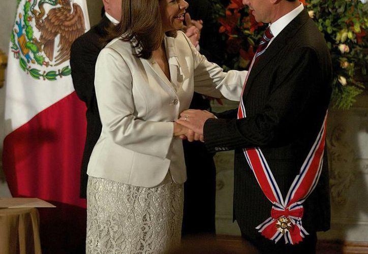 En el Teatro Nacional de Costa Rica se dio lectura al decreto por el que se otorga la condecoración a Peña Nieto, quien es felicitado por la presidenta Laura Chinchilla. (Notimex)