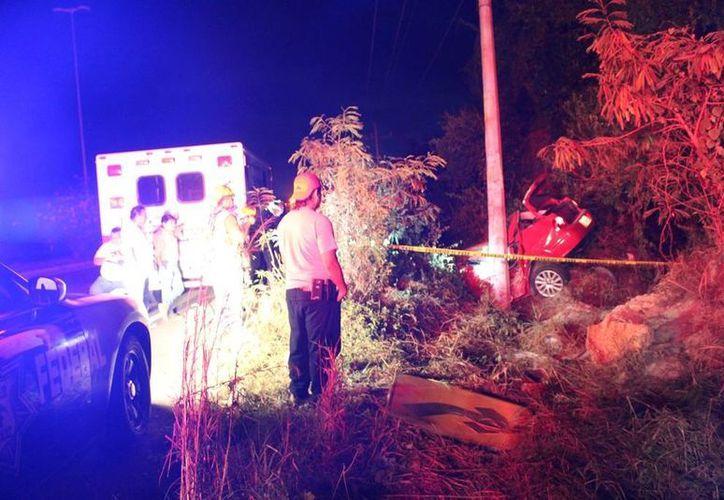 Un joven conductor perdió la vida durante los primeros minutos del lunes, tras chocar contra un poste te luz, cerca de Punta Venado. (Redacción/SIPSE)