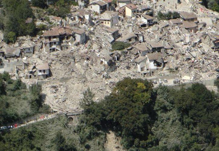 Esta foto aérea muestra la parte histórica de la ciudad de Amatrice , el centro de Italia , después de un terremoto que lo sacudió. (AP/Gregorio Borgia )