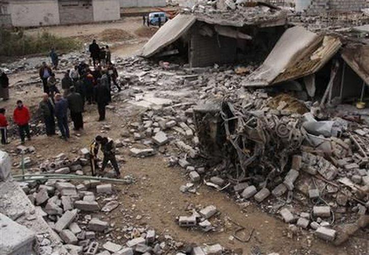 Fuerzas de seguridad inspeccionan la zona de un ataque con carro bomba en al-Muafaqiyah, un poblado cercano a la ciudad de Mosul. (Agencias)