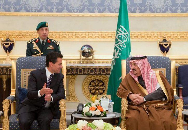 El presidente de México, Enrique Peña Nieto, con Salmán bin Abdulaziz, el rey de Arabia Saudita, en Riad, el 17 de enero de 2016. (Notimex)
