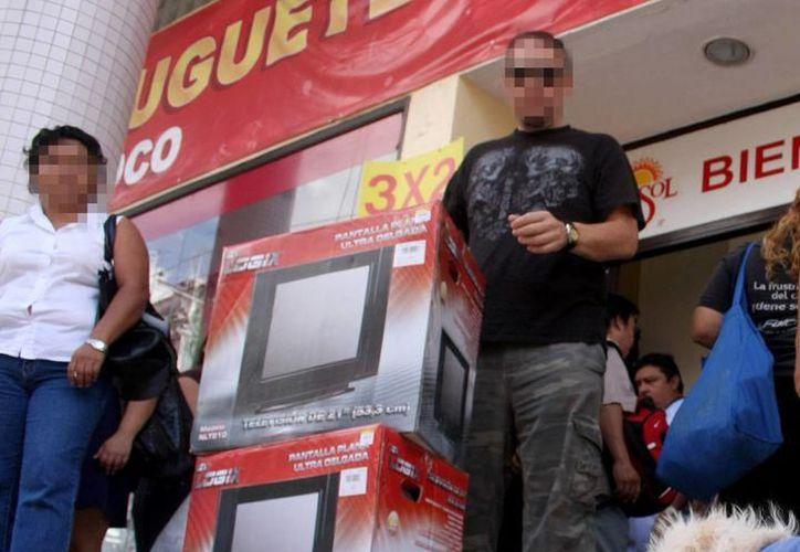 Adelantan parte del pago de aguinaldos a trabajadores del Gobierno del Estado, del Ayuntamiento de Mérida y de 18 mil empresas del sector privado en Yucatán. (Milenio Novedades)