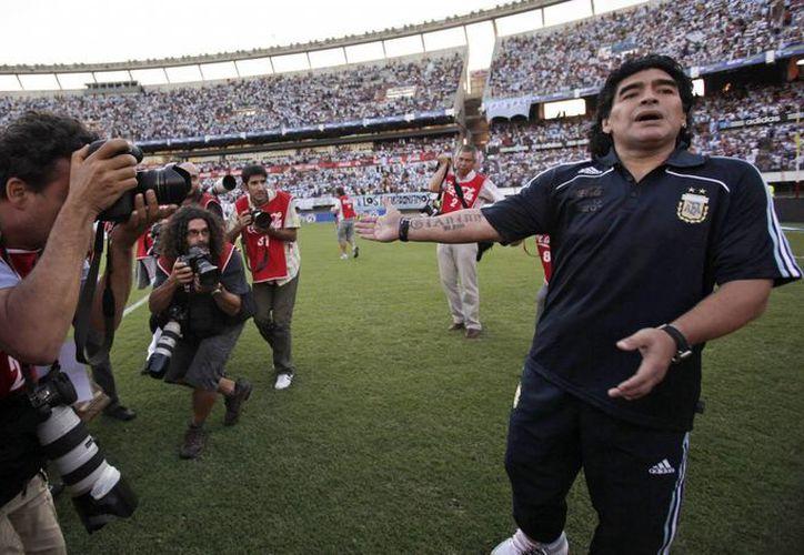 Foto de archivo de marzo 28 de 2009, cuando Maradona se dedicaba a dirigir a la Selección de Argentina. (Agencias)