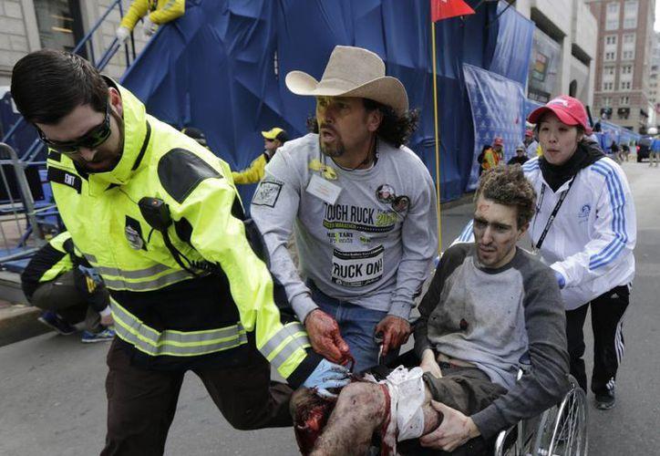 Una persona herida es retirada del lugar de las explosiones en Boston. (Agencias)