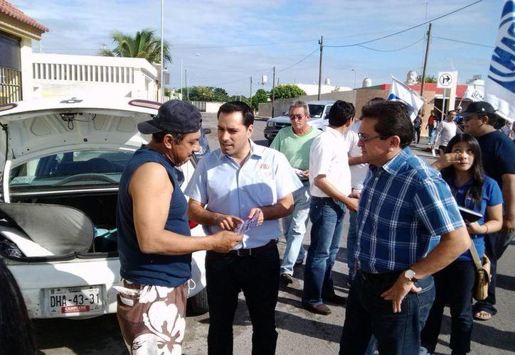 El diputado Mauricio Vila en recorrido por los Vergeles para informar de su propuesta sobre el transporte. (SIPSE)