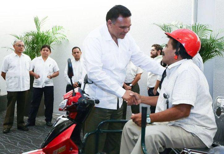 Los gobiernos federal y estatal firmaron un convenio de colaboración para generar más empleos en la entidad. En la imagen, el gobernador Rolando Zapata Bello entrega motos adaptadas para discapacitados. (Cortesía)