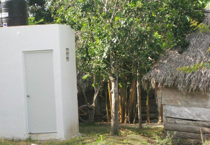 Imagen de un baño en un hogar rural; uno de los objetivos de Cáritas de Yucatán para 2016 es atender al sector que aún no tienen sanitario. (Archivo/SIPSE)