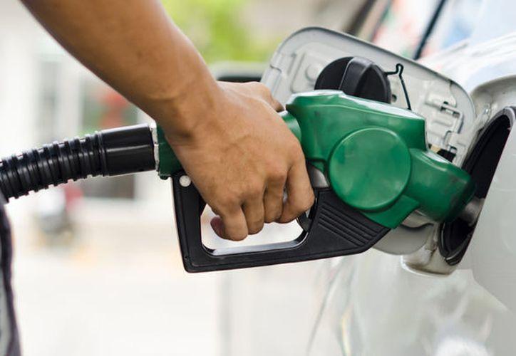 El costo de las gasolinas podría subir este verano, pese a que ha bajado el precio del dólar, porque la reforma energética se ha ido retrasando. (El Debate)