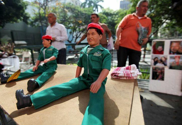 Muñecos de Hugo Chávez en venta en la Plaza Bolívar de Caracas. (Agencias)