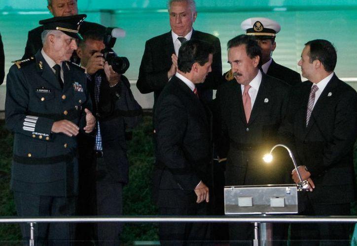 El presidente Enrique Peña Nieto intercambia comentarios con el senador Emilio Gamboa Patrón en el Senado. (Agencias)